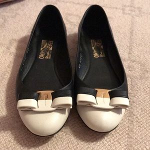 Ferragamo Black & White Varina Flats 7 M Leather